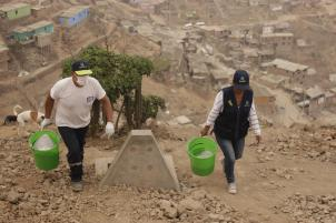 X-runner staff carrying waste in Peru.